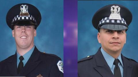Con listones azules y negros, vecinos de policías arrollados por un tren les rinden un sentido homenaje