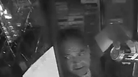 En video: Conductor causa miles de dólares en daños para robar dos cervezas