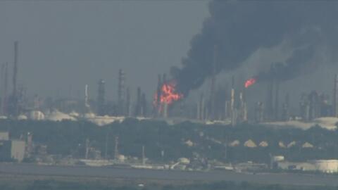 Bomberos tratan de contener un incendio tras explosión en una refinería de Texas City
