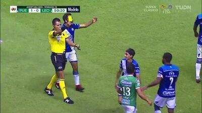 Tarjeta amarilla. El árbitro amonesta a Omar Fernández de Puebla