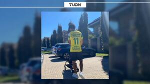 Yairo Moreno presume a Juan Cuadrado con playera de León