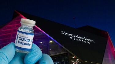 Administran la vacuna de Pfizer contra el coronavirus en el estadio Mercedes Benz sin previa cita