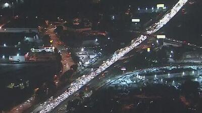Trailer que transportaba paquetes de sopas instantáneas se volcó y se incendió en la autopista 605 en Los Ángeles