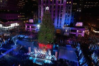 El árbol del Rockefeller Center ya ilumina NY