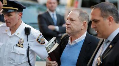 Video: El momento en el que ex productor de cine, Harvey Weinstein, se entrega a las autoridades en Nueva York