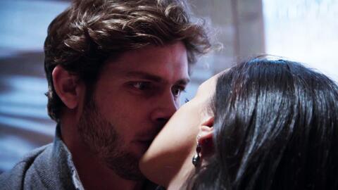 'En tierras salvajes' - Itzel besó inesperadamente a Sergio - Escena del día