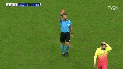 ¡Expulsión! El árbitro saca la roja directa a Claudio Bravo