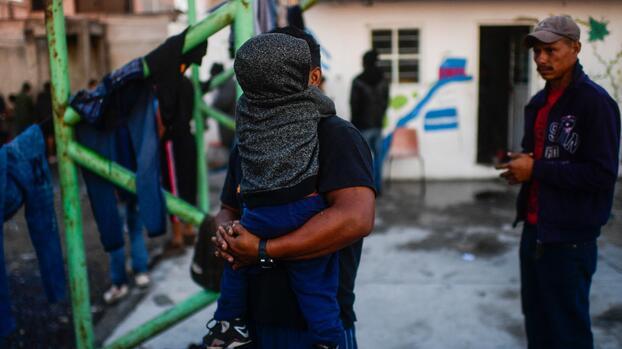 Freno al asilo de migrantes y otras fallas de EEUU en 2020, según informe