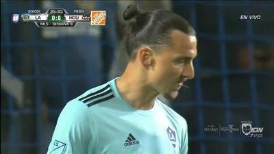 Tiro desviado de Zlatan Ibrahimovic