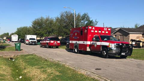 Un sospechoso está atrincherado con rehenes en una vivienda al sureste de Houston