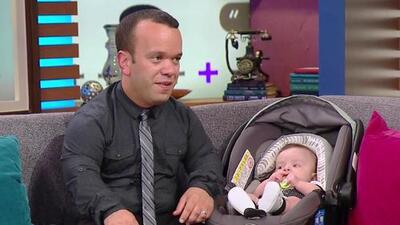 Carlitos 'el productor' trajo a su bebé al show para celebrar el día de los padres