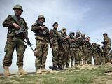 """Ataque aéreo estadounidense contra talibanes en Afganistán mata """"por error"""" a 16 policías aliados"""