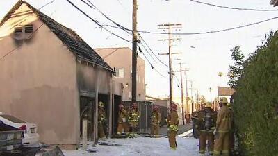 Bomberos controlan incendio en un estacionamiento cerca del campus de la Universidad del Sur de California