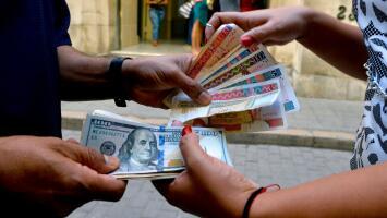 Se devalúa el peso convertible en Cuba tras la apertura de tiendas que venden productos en dólares