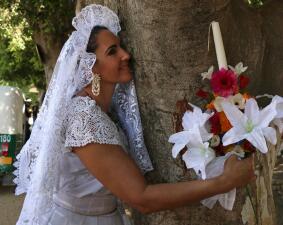 ¿Casarse con un árbol? Ambientalista peruano busca llamar la atención mientras provoca sonrisas