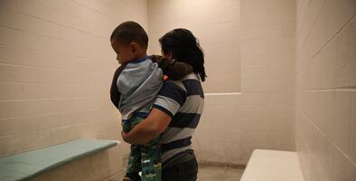 Cómo y por qué separan familias en la frontera: te lo contamos con tres historias reales