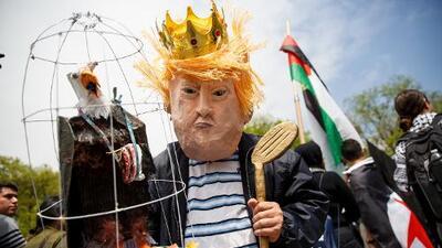 Manifestantes van contra Trump en protestas del Primero de Mayo