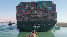 Así celebraron los remolcadores cuando lograron reflotar parcialmente el carguero que bloquea el canal de Suez