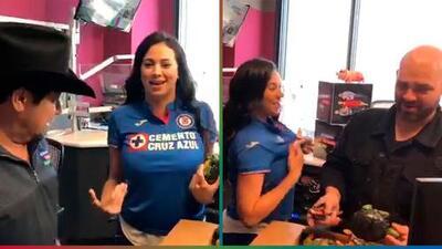 Carla viste con orgullo la playera del Cruz Azul y hasta le pide al Pelón que bese la cruz