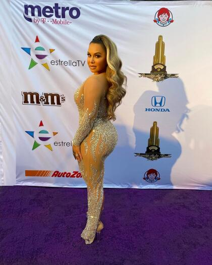 """Chiquis Rivera fue otra de las invitadas y compartió en su cuenta de  <b><a href=""""https://www.instagram.com/chiquis/?hl=es"""" target=""""_blank"""">Instagram</a> </b>esta imagen junto con el texto: """"¿Quién necesita una alfombra roja cuando tienes una alfombra morada?""""."""