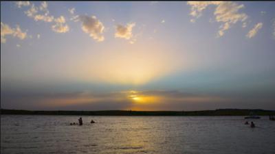 """No volvió a aparecer"": murió al rescatar a una niña que se ahogaba en un lago recreativo en Oklahoma"