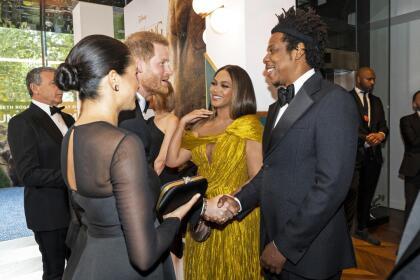 Cuando el príncipe Harry llegó, les preguntó por sus hijos y tanto Beyoncé como Jay-Z les respondieron que los habían dejado en los Estados Unidos.