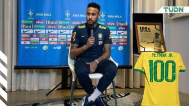 Neymar recibe placa por sus 100 partidos con Brasil