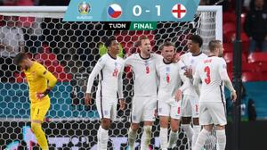 Inglaterra vence a República Checa y va como líder a Octavos de Final