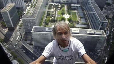 'Spiderman francés' escala rascacielos en nombre de la paz