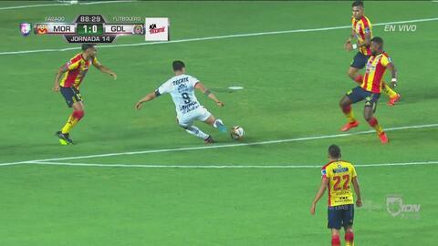 ¡Todo se le niega a Chivas! Pulido tuvo el gol y revienta el esférico en el primer palo