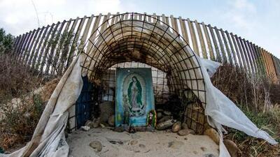 """""""La fe te lleva donde quieras"""": antes de cruzar la frontera, los migrantes se encomiendan a una tablilla de la Virgen"""
