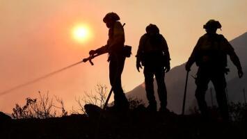Fuertes vientos azotan el sur de California y provocan caos en algunas comunidades