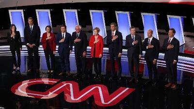 El segundo debate demócrata comenzó dejando al descubierto profundas diferencias entre progresistas y moderados