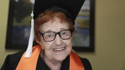 Mujer de 84 años decide estudiar sociología en la universidad... ¡y esta semana se gradúa!