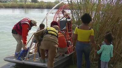 Ante la desesperación por cruzar a EEUU, cada vez más migrantes de la caravana son rescatados de las aguas del Río Bravo