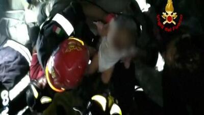El momento en que bomberos rescatan a bebé llorando de las ruinas tras terremoto en Italia