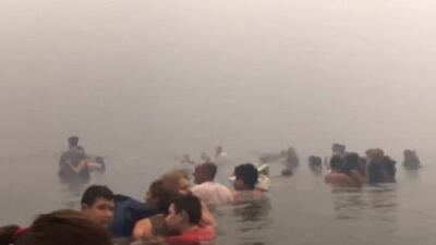 El dramático momento en que víctimas del incendio en Grecia escapan al mar para sobrevivir