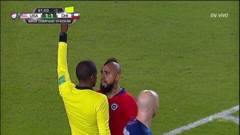 Tarjeta amarilla. El árbitro amonesta a Arturo Vidal de Chile