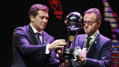 Chapecoense recibe el trofeo de la Sudamericana y lo comparte con Atlético Nacional