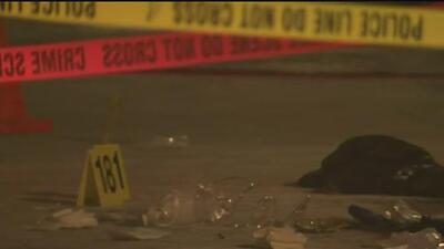Tiroteo en el estacionamiento de un centro comercial de Chicago dejó un muerto y un herido