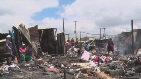 Un supuesto pandillero desató su ira y quemó 90 casas en venganza porque no le vendieron licor