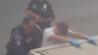 Arrestan a un hombre con armas afuera de un refugio de migrantes