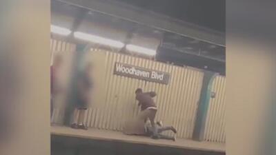 En video: Un hombre termina con la nariz fracturada al ser golpeado en una plataforma del metro en Nueva York