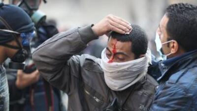 Ejército egipcio se excusa por muertes, pero manifestantes siguen firmes