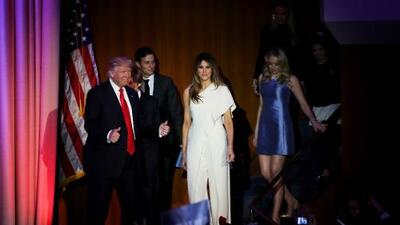 Melania copia los pantalones de Clinton y el blanco de las sufragistas para celebrar el triunfo de Trump