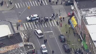 Interrogan a persona de interés en relación con el mortal apuñalamiento de un adolescente en Brooklyn