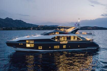 Se trata de un <b> Azimut Grande 27 Metri</b>, un superyate de lujo de origen italiano, cuyo nombre hace referencia a los casi 27 metros (88 pies) que mide de eslora.