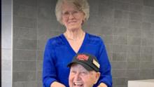Este abuelito de 81 años sorprende con un acto de bondad a los empleados de una cafetería