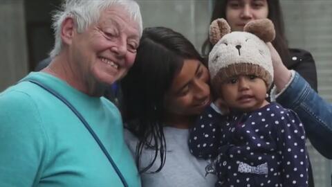 Una organización crea un programa para que habitantes de San Diego acojan a una familia inmigrante