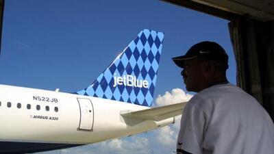 Momento en el que empleado de Jetblue le pide a una familia que salga del avión